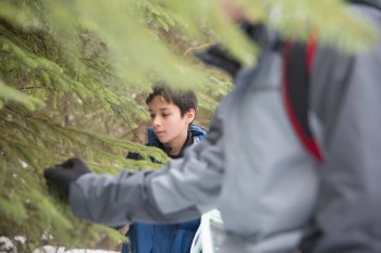 A student learns about trees of the Inland Northwest. Photo by Amen Photography