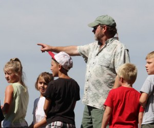 FSPW volunteer John Hastings shows kids the view from Star Peak Trail #999. (Credit Ben Olson)